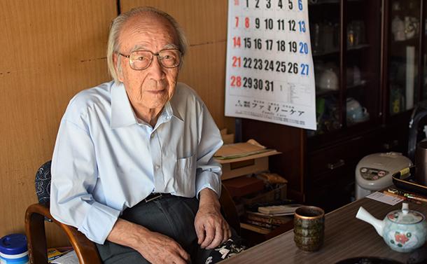写真・図版 : 避難指示解除された富岡町。92歳の男性は妻と戻った。近所は60歳以上しか戻っていない