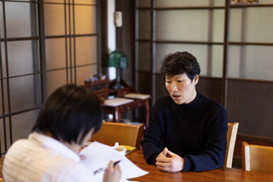 写真・図版 : 福島県二本松市の金基順さん。手前は筆者(撮影:幸田大地/Yahoo!ニュース特集)