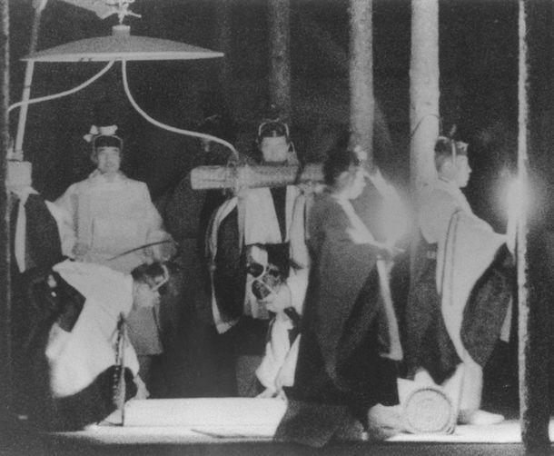 写真・図版 : 平成の大嘗祭。悠紀殿に向かう天皇陛下=1990年11月22日、皇居・東御苑、代表撮影