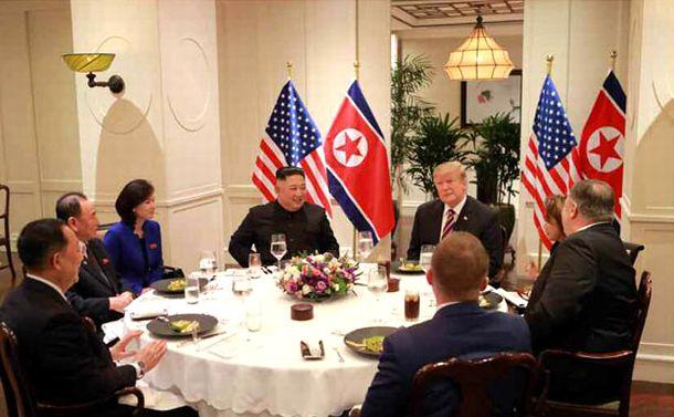 写真・図版 : 2019年2月27日夜、ハノイでの夕食会で歓談するトランプ大統領や金正恩氏ら=労働新聞ホームページから