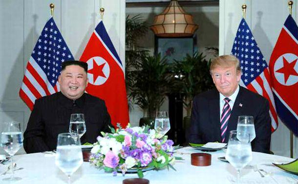 写真・図版 : 2019年2月27日夜、ハノイでの夕食会に出席したトランプ氏(右)と金正恩氏=労働新聞ホームページから