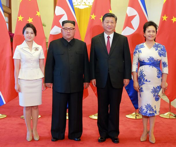 写真・図版 : 2018年6月19日、中国・北京の人民大会堂で記念写真に納まる金正恩朝鮮労働党委員長(左から2人目)と妻の李雪主氏(左)、習近平中国国家主席(右から2人目)と妻の彭麗媛氏。朝鮮中央通信が報じた=朝鮮通信