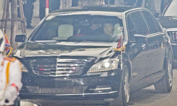 写真・図版 : 米朝首脳会談を終え、会場のホテルを出る金正恩朝鮮労働党委員長(後部座席)=2019年2月28日、ハノイ