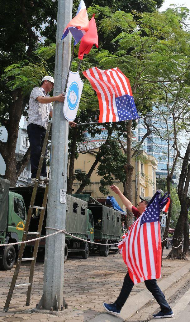 写真・図版 : 米朝会談から一夜明け、ハノイ市内から米国旗が撤去。ベトナム国旗と滞在中の北朝鮮国旗は残された=2019年3月1日