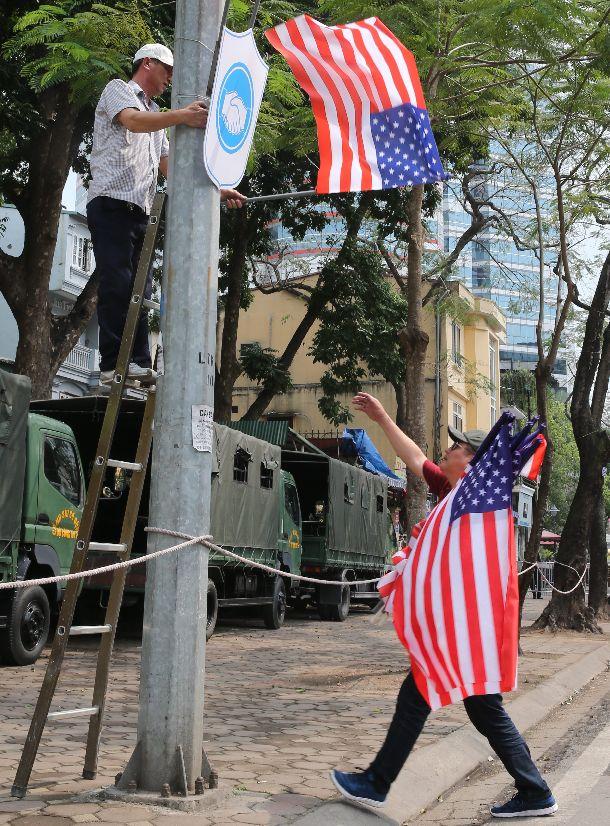 写真・図版 : 米朝会談から一夜明け、ハノイ市内から米国旗が撤去された=2019年3月1日