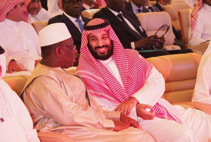 写真・図版 : サウジアラビアで開かれた国際経済会議に出席したムハンマド皇太子(中央)=2018年10月24日、リヤド