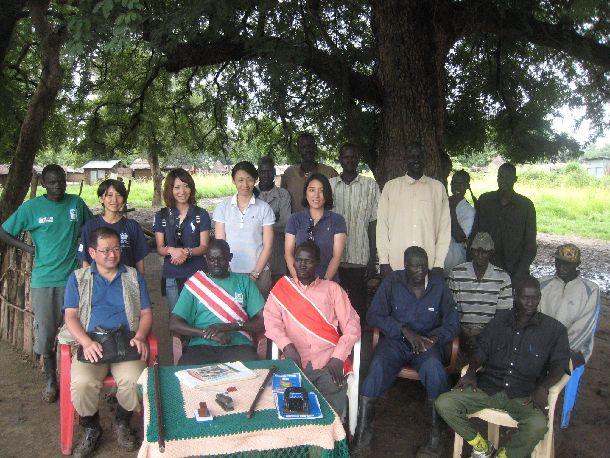 写真・図版 : 南スーダンでの加盟団体(ADRA)と地元関係者との会合 南スーダン パガック州にて©ジャパン・プラットフォーム