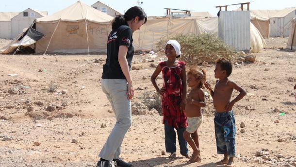 """写真・図版 : 人口の80%以上にあたる2000万人以上が人道支援を必要としているイエメン。ジャパン・プラットフォームの助成で運営された""""""""子ども広場""""で安心して遊ぶ子どもたち=2016年12月22日@ジャパン・プラットフォーム"""