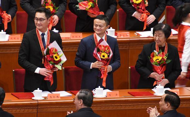 写真・図版 : アリババ集団の馬雲会長(中央)や微信(ウィーチャット)を展開する騰訊(テンセント)の馬化騰会長(左端)も改革開放に貢献したとして表彰された=2018年12月18日、北京の人民大会堂