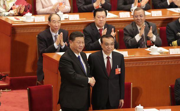 写真・図版 : 全人代で握手を交わす李克強首相(下段右)と習近平国家主席=2018年3月18日、北京