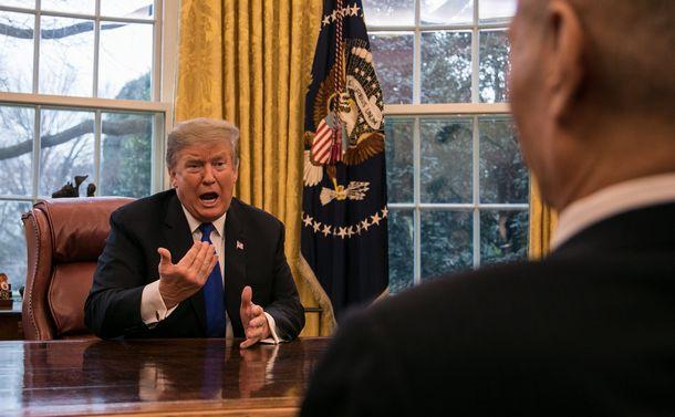 写真・図版 : ホワイトハウスで中国の劉鶴副首相と会談するトランプ米大統領=2019年2月22日、ワシントン