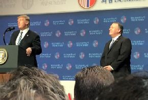 写真・図版 : ハノイのホテルで記者会見に臨んだトランプ米大統領(壇上左)とポンペオ国務長官(同右)=2019年2月28日