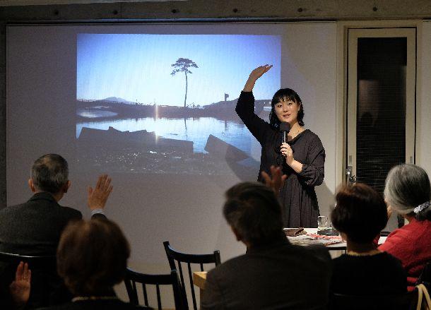 写真・図版 : 陸前高田の一本松の写真を前に、震災を取材した時の体験を語った