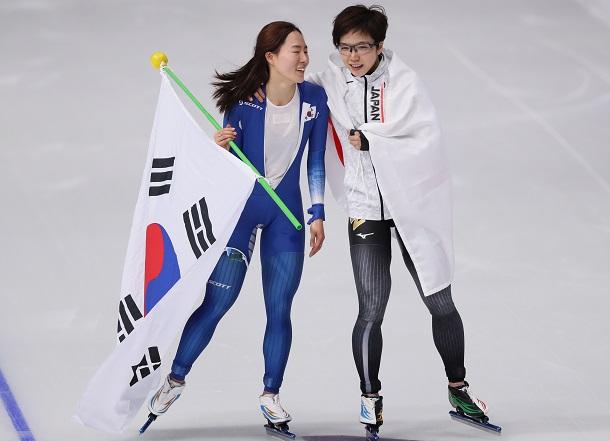 2018年平昌(ピョンチャン)五輪のスピードスケート女子500メートルで優勝した小平奈緒選手(右)と2位になった李相花選手のウィニングランは、悪化する一方の日韓関係の「いい話」として話題になった