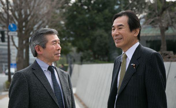 写真・図版 : 自然と向き合うことが大切などと語り合う浅沼博教授(左)と阿久津幸彦衆院議員