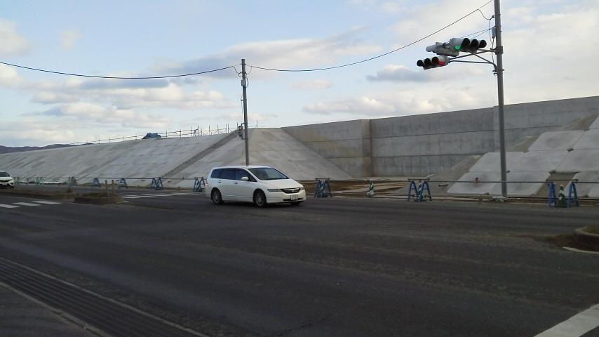 写真・図版 : 宮城県東松島市野蒜海岸の防潮堤