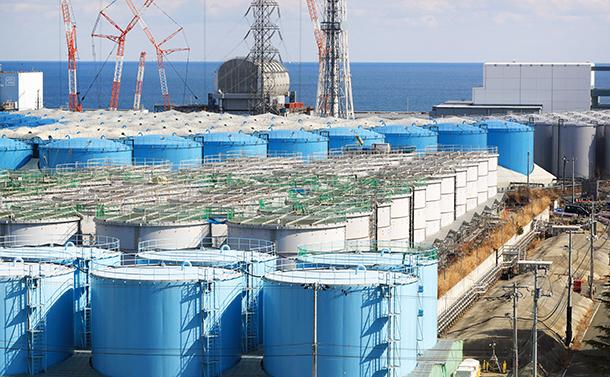 写真・図版 : 汚染水のタンクが並ぶ福島第一原発。奥には左から2号機、3号機、4号機の建屋=2019年2月13日、福島県大熊町