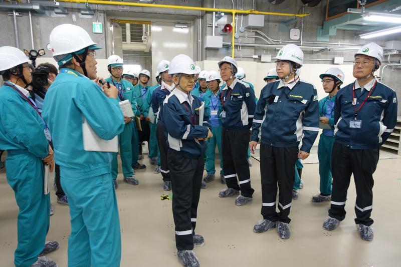 写真・図版 : 島根原発を訪れ、中国電力の説明を聞く原子力規制委員会のメンバー=2018年11月15日、松江市鹿島町片句