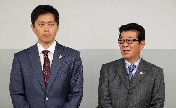 写真・図版 : 出直しダブル選挙にうってでる松井一郎・大阪府知事(右)と吉村洋文・大阪市長