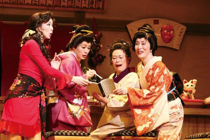 写真・図版 : 舞台『雪まろげ』2016年公演から=東宝演劇部 提供