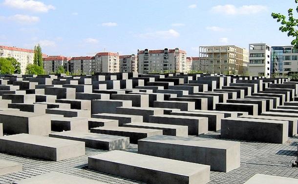 写真・図版 : ドイツ・ベルリンのホロコースト記念碑。地下には、ユダヤ人虐殺の事実を次世代に伝える展示教育施設がある