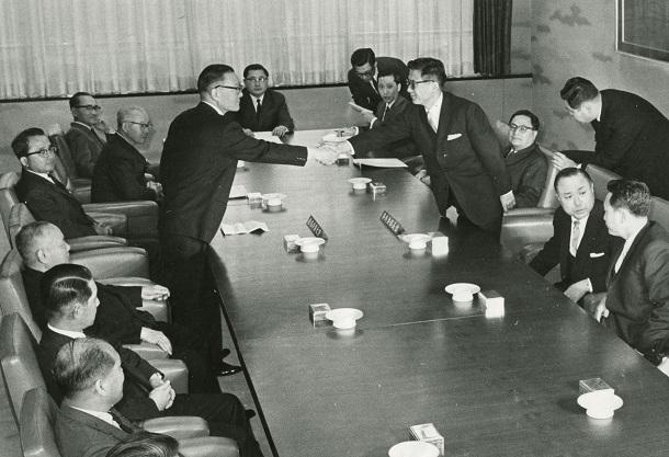 写真・図版 : 対日請求権問題などの妥結を図るために開かれた日韓外相会談。握手するのは、日本側・椎名悦三郎外相(左)と韓国側・李東元外務部長官=1965年3月、東京都千代田区の外務省