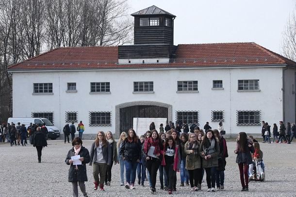 1933年につくられたダッハウ強制収容所跡では、国内の中高生たちが「負の歴史」を学ぶため、毎日のようにやってくる