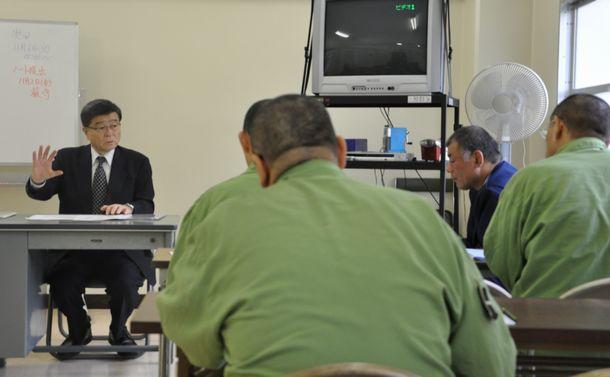写真・図版 : 暴力団からの離脱方法について話を聞く受刑者=2012年10月、東京都府中市の府中刑務所