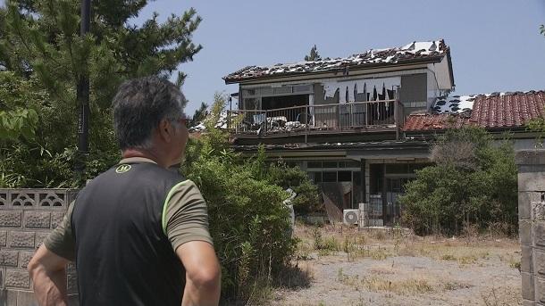 写真・図版 : 『盆唄』で、横山久勝さんが双葉町の自宅を訪れるシーン=2018テレコムスタッフ
