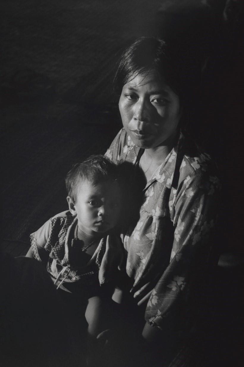 写真・図版 : ようやく解放されたものの、成人は年齢よりも老け、子どもは成長が遅くて身体つきが小さい(カンボジア・バッタンバン州、1980年)©Yoshino Oishi