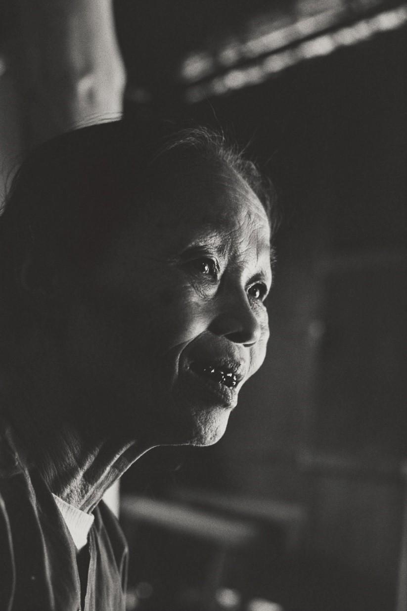 写真・図版 : 国境北側にも撒かれた枯葉剤で樹や作物を失い、地下壕で長くて激しい戦いを生き抜いたジェム(60)(ベトナム・ヒエルーン村、1982年)©Yoshino Oishi