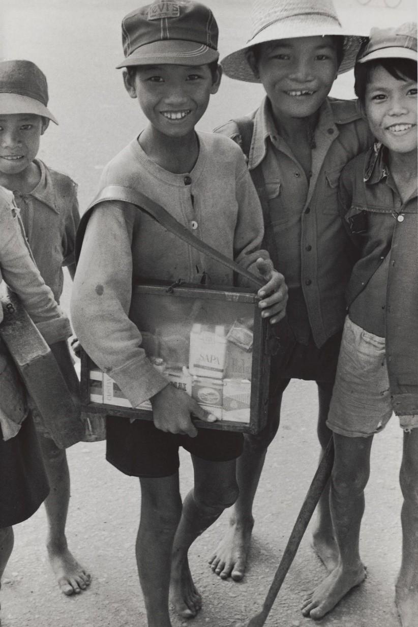 タバコ、アメ、水などを売る子どもたち(ベトナム・フエ郊外の国道沿い、1982年)©Yoshino Oishi