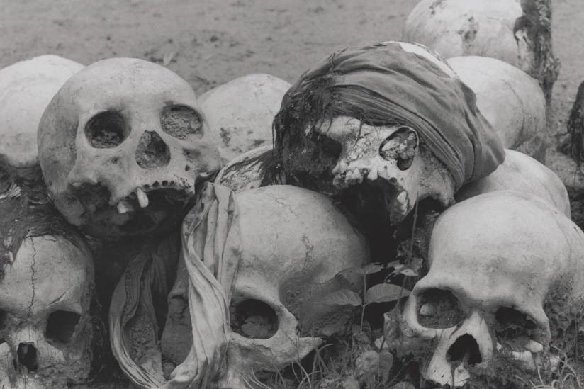 虐殺現場は仏寺境内や学校裏庭、ゴム林、田んぼ、雑木林、草原など全土にあった。目撃した人も少なくない。ひとつの穴から約200体、合わせて3000体近くの犠牲者が掘り起こされていた(カンボジア・カンダール州、1980年)©Yoshino Oishi