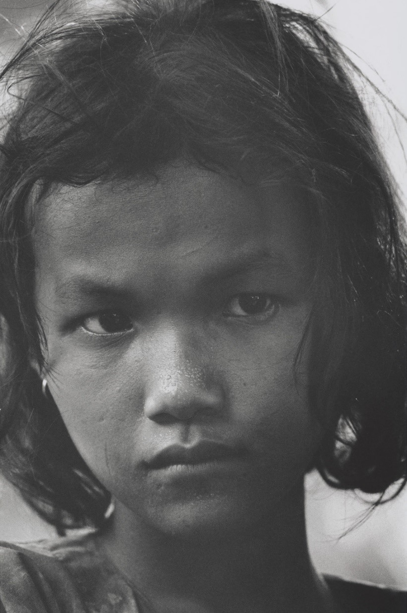 写真・図版 : 全土のどこでも、闇を見つめているような表情がそここにある(カンボジア・プルサット州、1980年)©Yoshino Oishi