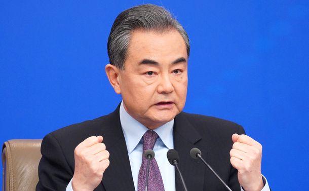 写真・図版 : 記者会見で質問に答える中国の王毅・国務委員兼外相=2019年3月8日、北京、