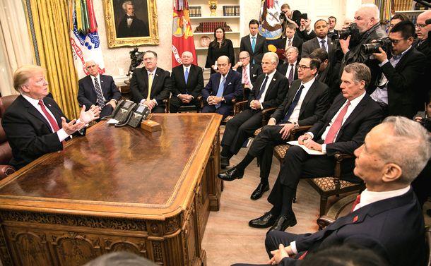 写真・図版 : 米ホワイトハウスでトランプ大統領や政府高官らと会談する中国の劉鶴副首相(右)=2019年1月31日、ワシントン