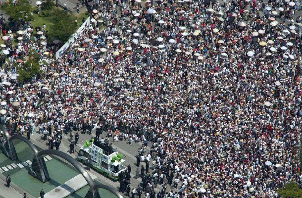 写真・図版 : 2001年参院選。小泉首相の演説には大勢の人たちが集まった=2001年7月14日、三重県四日市市内