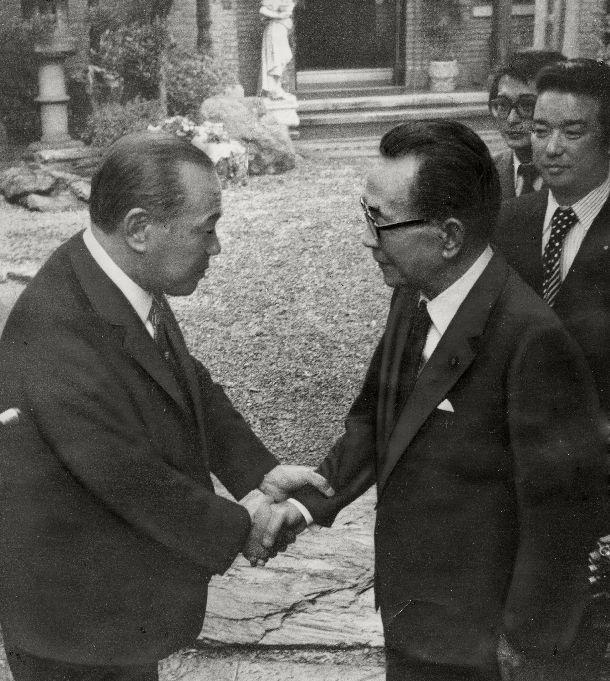 写真・図版 : 自民党両院議員総会で新総裁に選出された後、東京・目白台の私邸に田中角栄首相を訪ね、握手をかわす三木武夫新総裁(右)= 1974年12月4日
