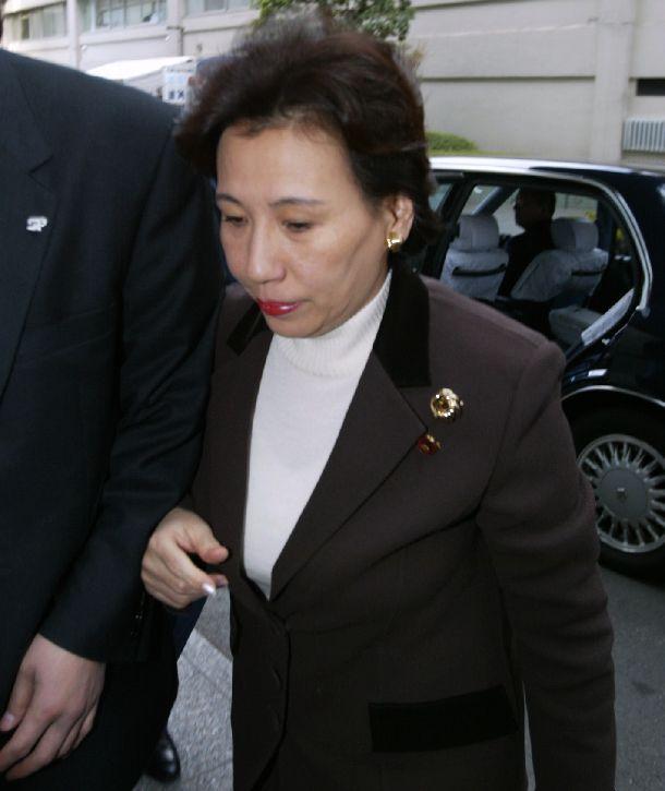 写真・図版 : 更迭された翌日、外務省本庁舎に入る田中真紀子前外相=2002年1月30日
