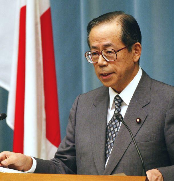 写真・図版 : 小泉首相の訪朝について記者会見で発表する福田康夫官房長官=2002年8月30日、首相官邸