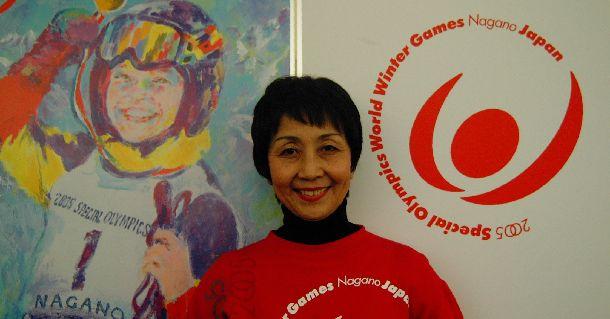 写真・図版 : 2005年スペシャル・オリンピックス世界大会のポスターの前に立つ細川佳代子さん2004年1月9日