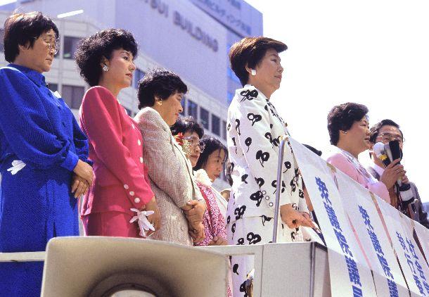 写真・図版 : 1989年参院選。公示日に社会党比例区の女性候補7人と名古屋駅前に立った土井たか子委員長。「女たちの参院選」を強調した=1989年7月5日