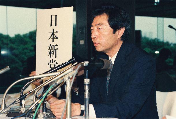 写真・図版 : 「日本新党」を結成し、記者会見をする細川護煕代表=1992年5月22日