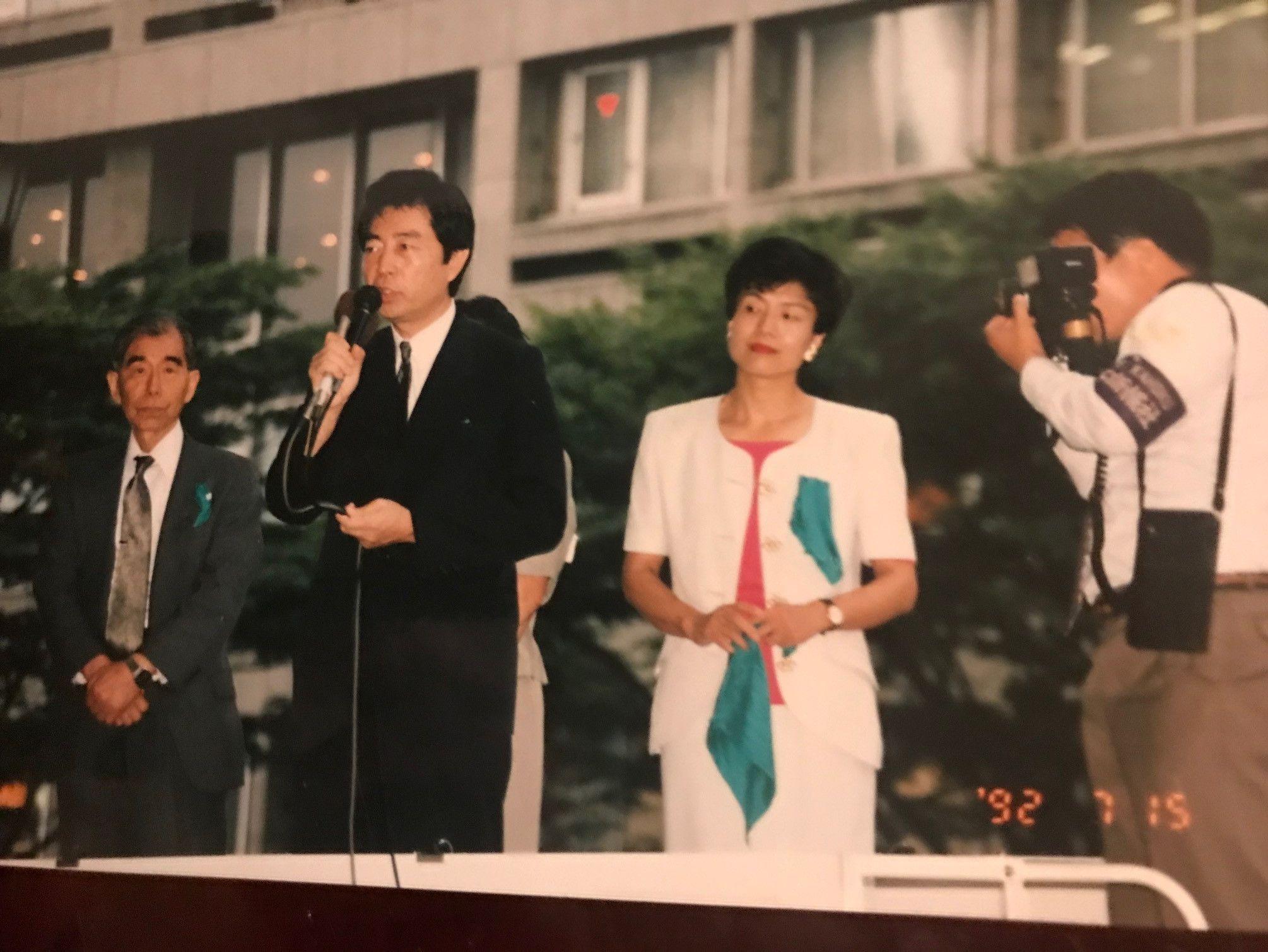写真・図版 : 参院選で街頭演説に立つ細川護熙さん(左)と円より子さん=1993年7月15日(筆者提供)