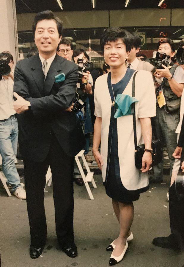 写真・図版 : 日本新党の発足後はどこでもマスメディアが集まった。細川護熙さんと円より子さんが胸につけているのはボランティアが作った緑のハンカチ。日本新党のイメージカラーは緑だった(筆者提供)