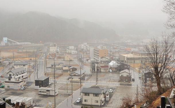 写真・図版 : 2019年3月11日朝の大槌町市街地。町は家を建てれば100万円補助することにしたが、空き地が目立つ。