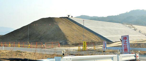 写真・図版 : 工事が進む海抜14.5メートルの防潮堤