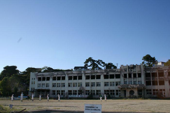写真・図版 : 避難してきた人々の車が津波に飲まれ、漏れ出たガソリンから火災が起きた。この小学校は校舎の一部が震災遺構として保存されることになった。つらい記憶を理由に、すべての解体を望む住人もいる=2012年9月11日、宮城県石巻市