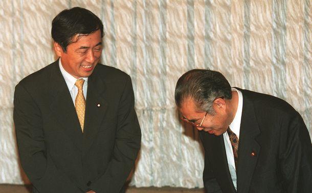 写真・図版 : 金融再生関連法案の修正をめぐる党首会談で菅直人・民主党代表にあいさつをする小渕恵三首相(右)=1998年9月18日、首相官邸で