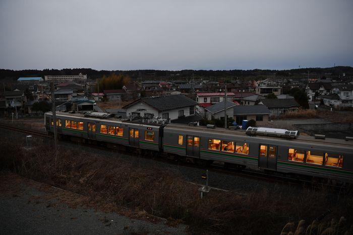 写真・図版 : 2年前の春に一部で避難指示が解除された浪江町では、JR常磐線が再開した。震災前は座れないほど混んだ帰宅時間帯も乗客はまばらだ=2018年12月、福島県浪江町